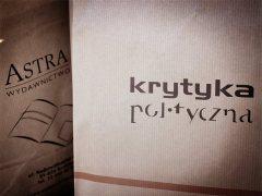 Artystyczne zdjęcie papierowych toreb z książkami autorstwa Kii